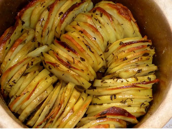 Křupavý bramborový koláč s cibulí a rozmarýnem, S citronovým tymiánem, citronovým a česnekovým olejem. Delikatesa, díky Ivuško :-)
