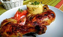 Kuřecí stehna pečená v marinádě se zakysanou smetanou a zeleninou