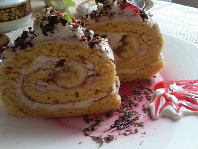 Piškotová roláda, plněná  kokosovým  krémem  a banány