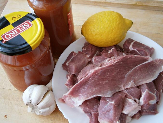 Vepřové kostky na česneku a rajčatovém pyré v pomalém hrnci