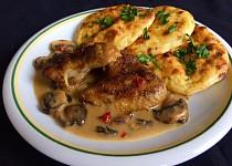 Bramborové placky s žampionovou omáčkou a pečená kuřecí křídla.