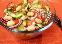 Okurkový salát s bílými fazolemi a rajčaty