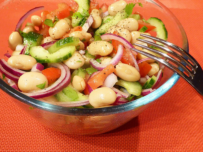 Okurkový salát s bílými fazolemi a rajčaty, Okurkový salát s bílými fazolemi a rajčaty