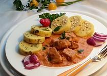 Netradiční segedínský guláš s rajčaty a čabajkou