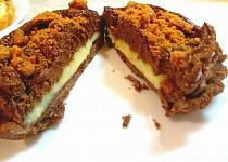 Tartaletka s krémem z vaječného likéru a  čokoládovou pěnou s lotus sušenkou