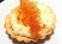 Tartaletka se smetanovým karamelem, vanilkovým krémem a karamelovou ozdobou