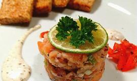 Tataráček z lososa s limetkovo-pepřovou omáčkou, rajčátky s opečeným toastíkem