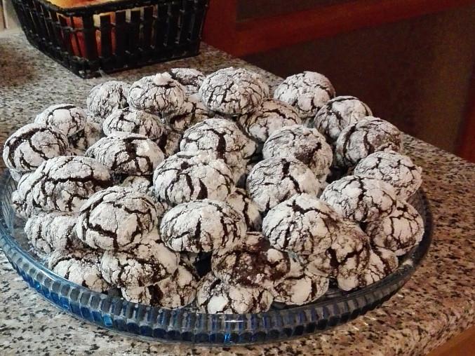 Čokoládové crinkles s bílým kabátkem