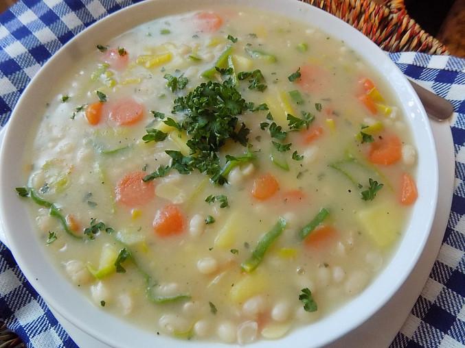 Polévka z bílých fazolí a zeleniny