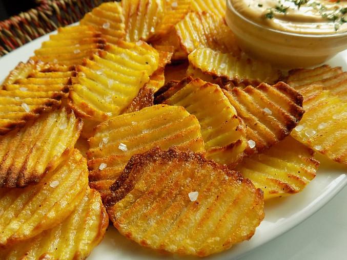 Domácí pečené chipsy s hořčičným dipem