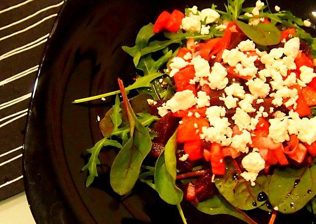 Salát z řepy se zeleninou a jablkem