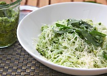Zeleninové špagety s domácím pestem z medvědího česneku