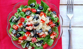 Zeleninový salát s quinoou a olivami