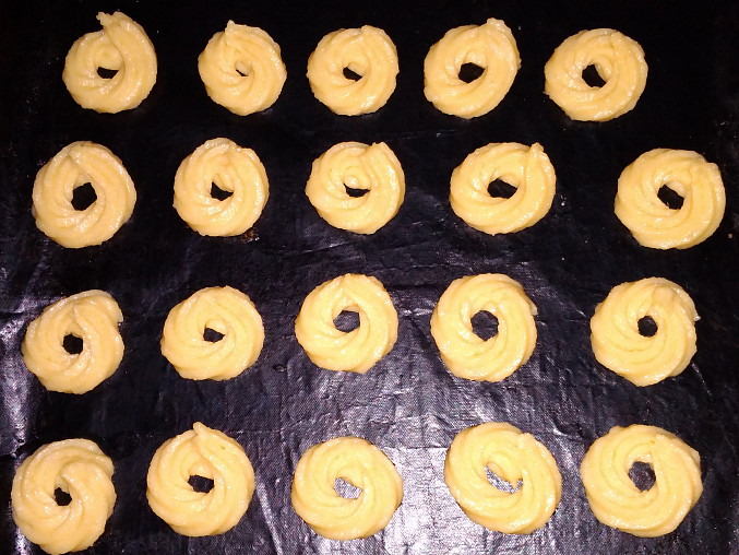 Karamelové větrníky (a žloutkové věnečky) z cukrárny, Věnečky před pečením