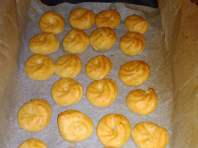 Karamelové větrníky (a žloutkové věnečky) z cukrárny, Po upečení