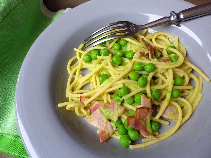 Špagety s hráškovým pestem a slaninou