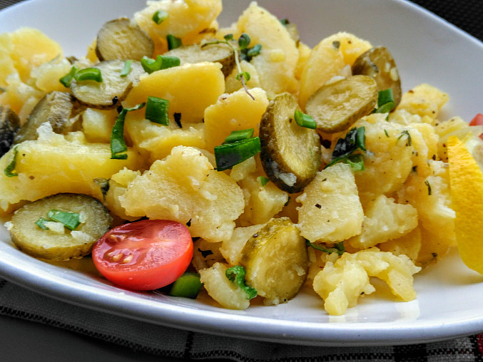Bramborový salát s cibulí, petrželkou a kyselou okurkou