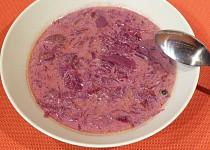 Červená kyselá polévka