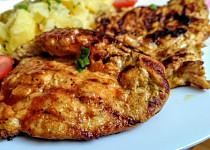 Pikantní grilovaná kuřecí prsa se zázvorovou marinádou a bramborovým salátem s cibulí