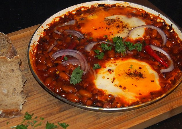 Pikantní vejce s fazolemi a klobáskou