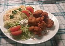 Smažený květák s bramborovou kaší a čerstvou zeleninou