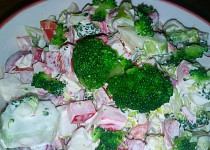 Brokolicový salát s krabími tyčinkami
