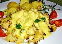 Grilovaný  česnekový  květák se sýrovou omáčkou