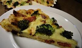 Sýrový koláč s klobásou a brokolicí