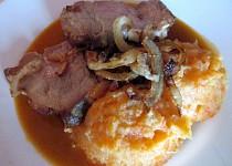 Vepřová krkovice s gulášovou šťávou a vídeňskou cibulkou