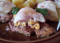 Vepřové plátky zapečené s vajíčky, slaninou a sýrem