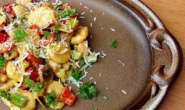 Domácí gnocchi s kuřecím masem v pikantní omáčce