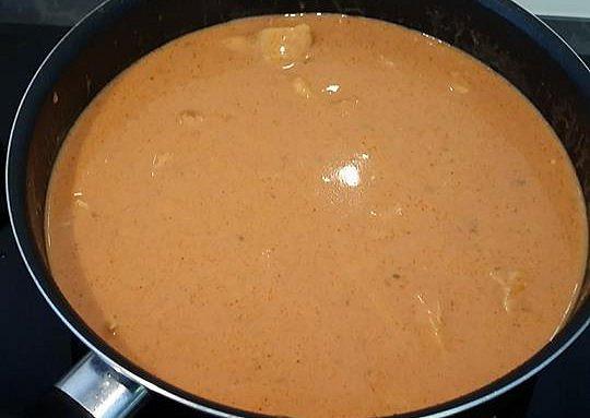 Kuřecí nudličky ´´na rychlo´´ s těstovinami, smetanovou směs nalijeme do pánve k masu a zamícháme