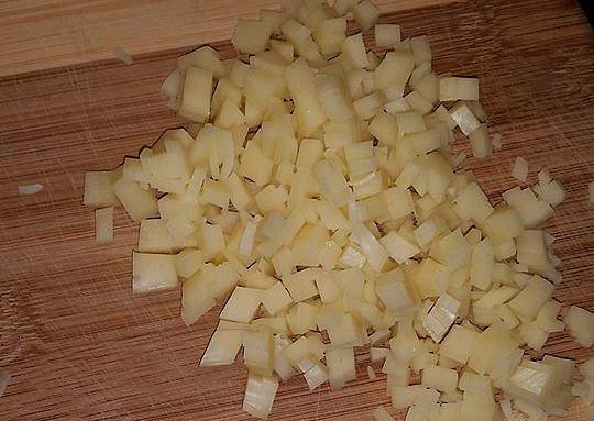 Kuřecí nudličky ´´na rychlo´´ s těstovinami, nakrájený sýr přidáme k masu