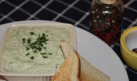 Okurkovy salat se zakysanou smetanou