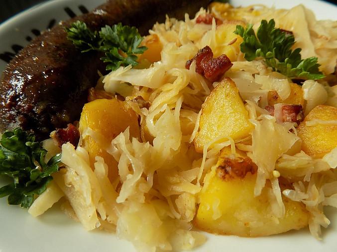 Přílohové brambory opékané se zelím a slaninou