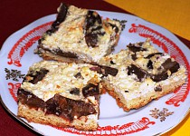 Tvarohovo – švestkový koláč se sněhem