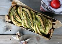 Chléb se špenátovo-bylinkovým pestem