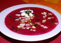 Polévka z červené řepy s mandlovými lupínky