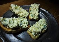 Pomazánka z vajec, mascarpone a medvědího česneku