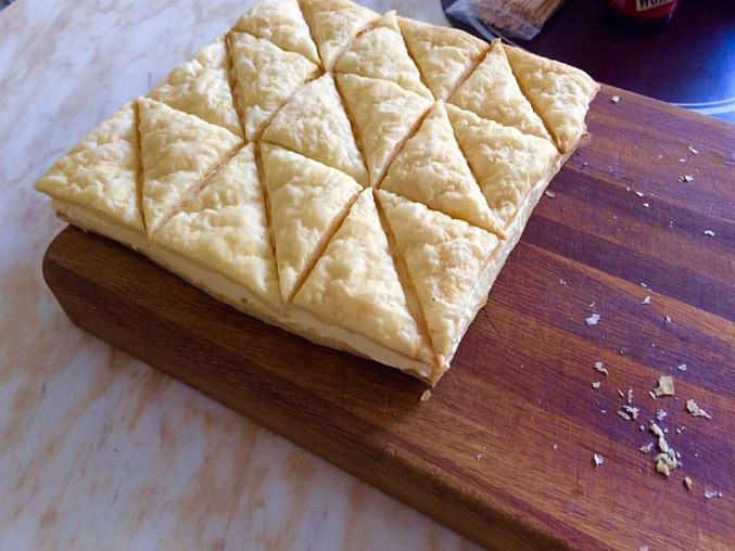 Řezy z listového těsta s pudinkovo-máslovým krémem a s třešňovo-citronovou polevou