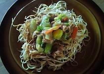 Smažené čínské nudle s kuřecím masem a zeleninou