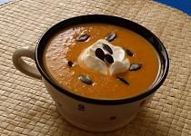 Mrkvovo-cizrnová polévka s kari a čerstvým zázvorem