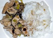 Rýžové nudle s kuřecím masem a žampiony