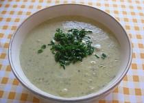 Cuketová krémová polévka s bramborami, česnekem a pažitkou