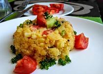 Svěží bramborový salát s rajčaty a salátovými okurkami