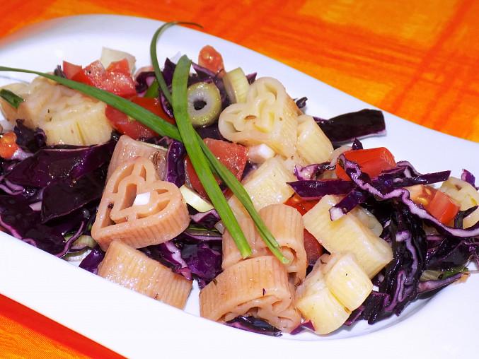 Těstovinový salát s červeným zelím