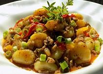 Gnocchi s mletým masem a zeleninou z jedné pánve