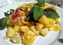Cibulové  brambory a  gnocchi se slaninou,  zapečené  s majolkou a jemným sýrem