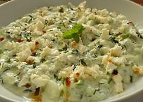 Okurkový salát s jogurtem a balkánským sýrem