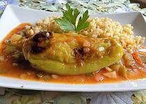 Papriky plněné mletým masem a tvarůžky s pikantní omáčkou